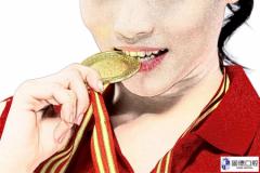 为什么奥运冠军都喜欢咬金牌?